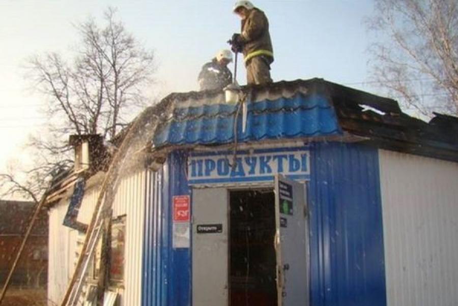 В Торопце пожарные тушили пламя в торговом павильоне