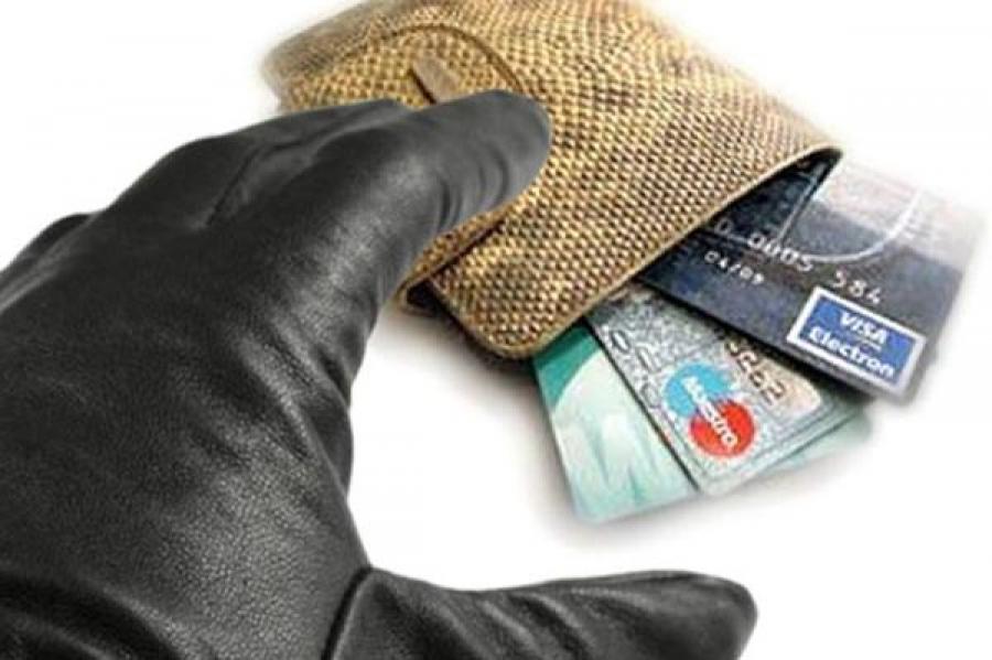 В Твери мошенник завладел банковской картой горожанки и снял с нее деньги