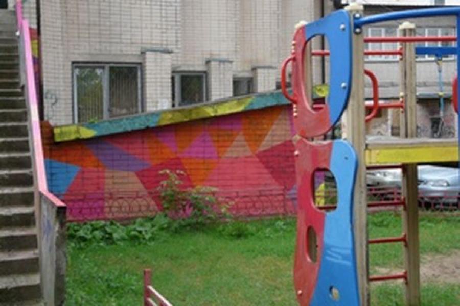 Во дворе тверской библиотеки им. Герцена художники создают легальные граффити