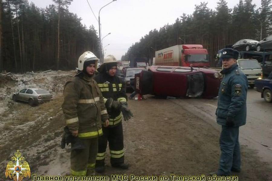 На трассе М-10 «Россия» столкнулись четыре автомобиля