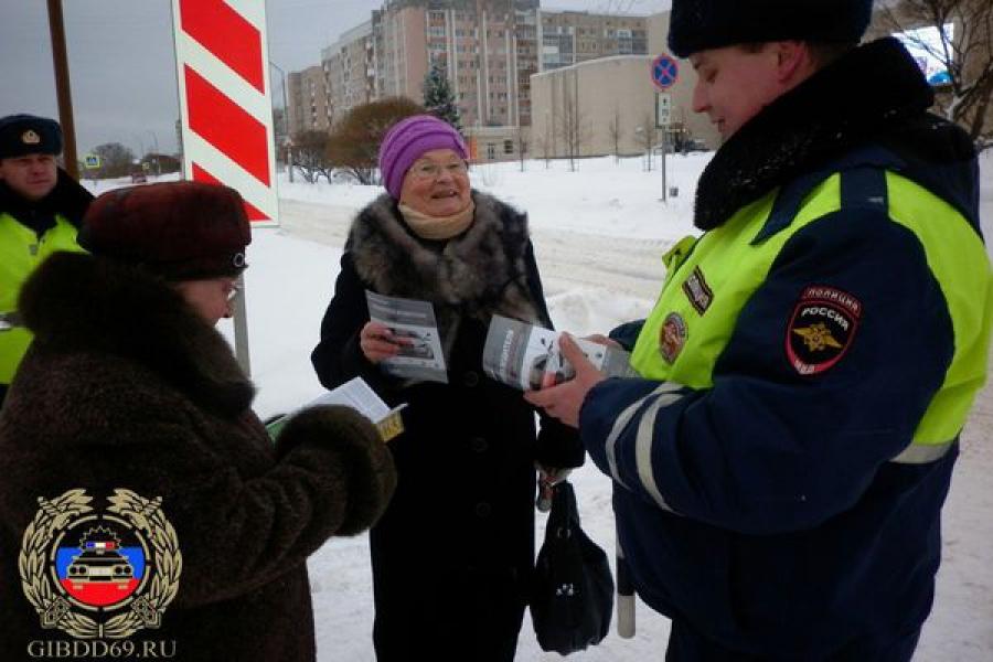 Сотрудники ГИБДД раздали удомельским пешеходам и водителям более 400 буклетов и памяток