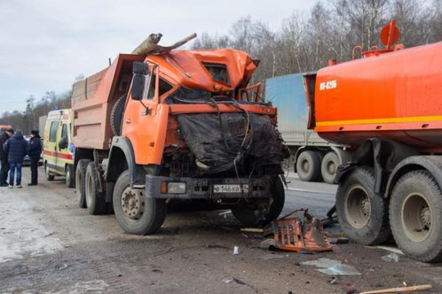 Два грузовика и автомобиль дорожников столкнулись на трассе