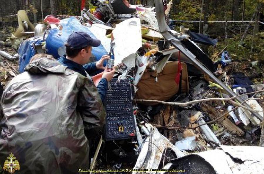 Разбившийся в Тверской области вертолет, возможно, столкнулся с деревом
