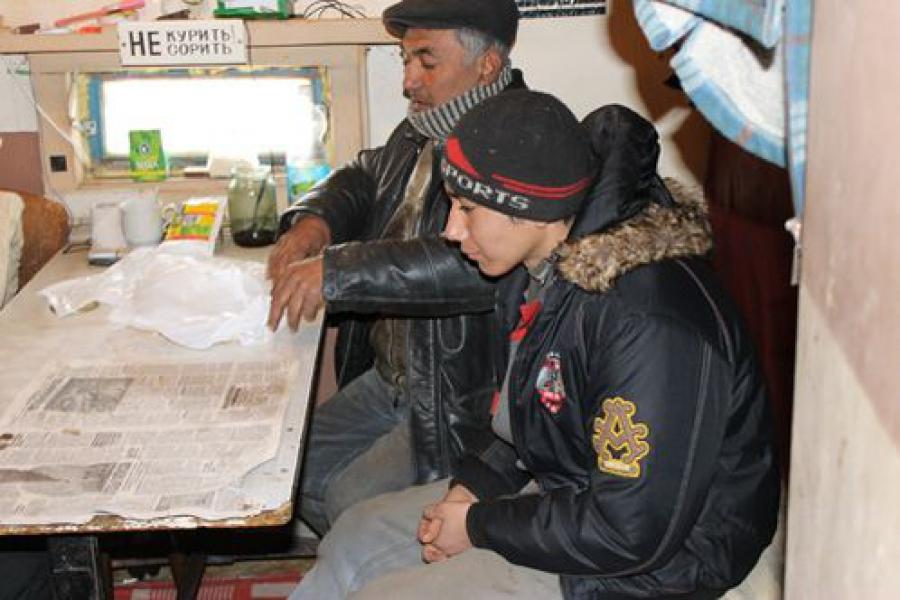 Нелегалы из Узбекистана скрывались в цеху по сортировке мусора