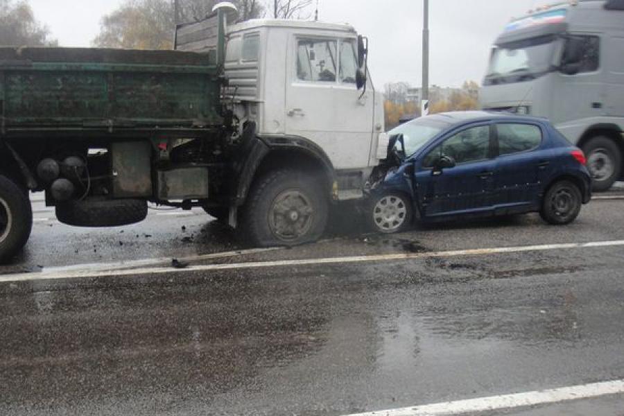 На трассе М-10 Peugeot-207 въехал в «Камаз»