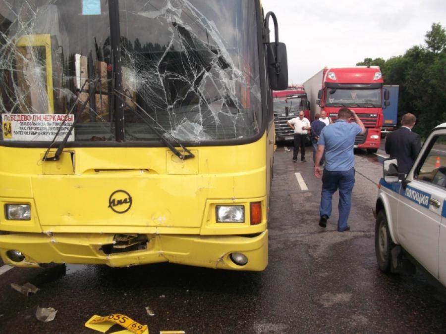 Автобус и грузовик со щебнем столкнулись под Тверью