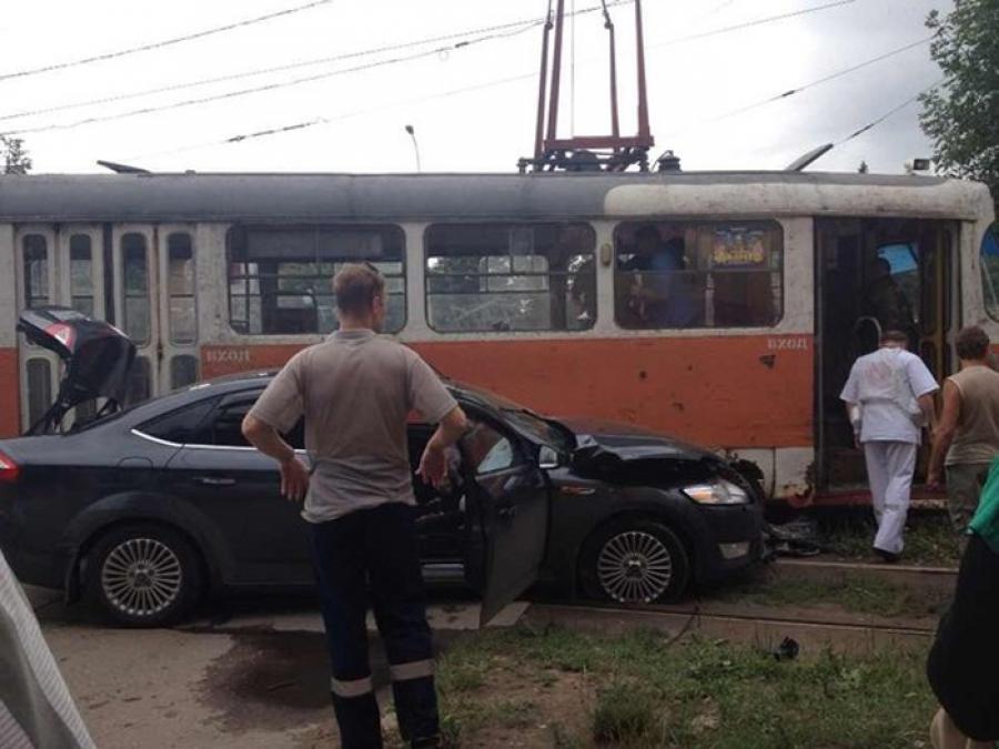 Трамвай столкнулся с иномаркой и сошел с рельсов