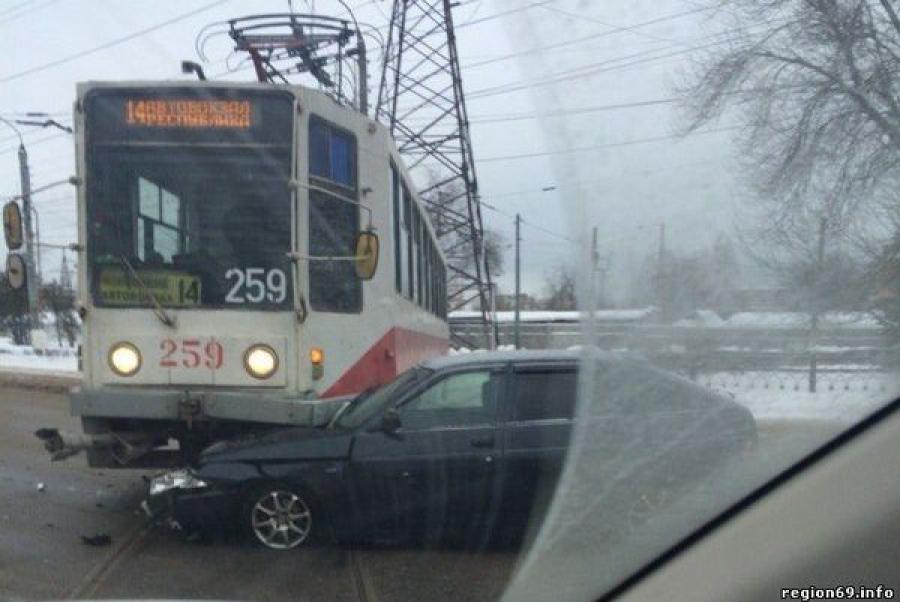 В Твери легковушка столкнулась с трамваем