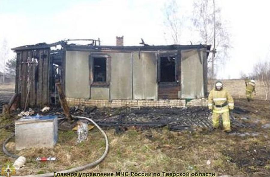 Из-за пала сухой травы сгорел дачный дом