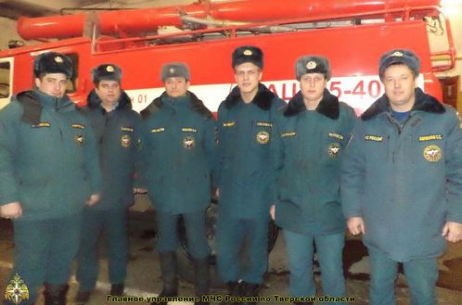 Трех человек спасли пожарные в Торжке