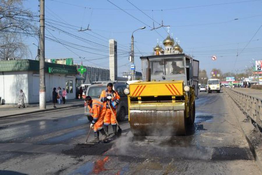 В Твери ведется аварийно-ямочный ремонт на самых поврежденных участках дорог