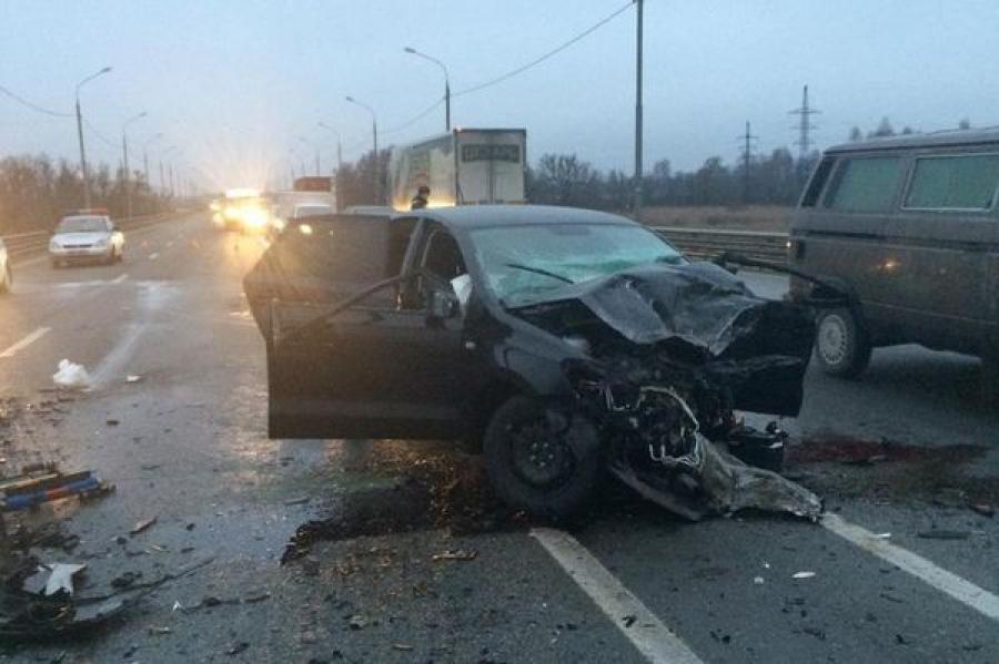 На трассе М-10 столкнулись три иномарки, пострадали два водителя