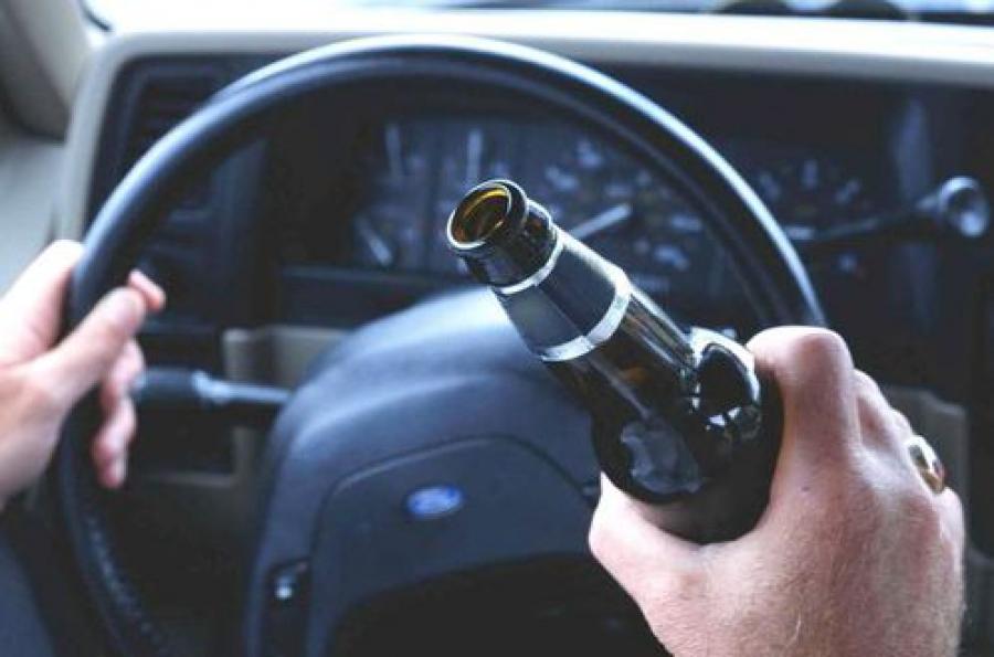 Пьяный водитель за рулем BMW X5, остановленный сотрудниками ГИБДД в Твери, продолжал пить и при них