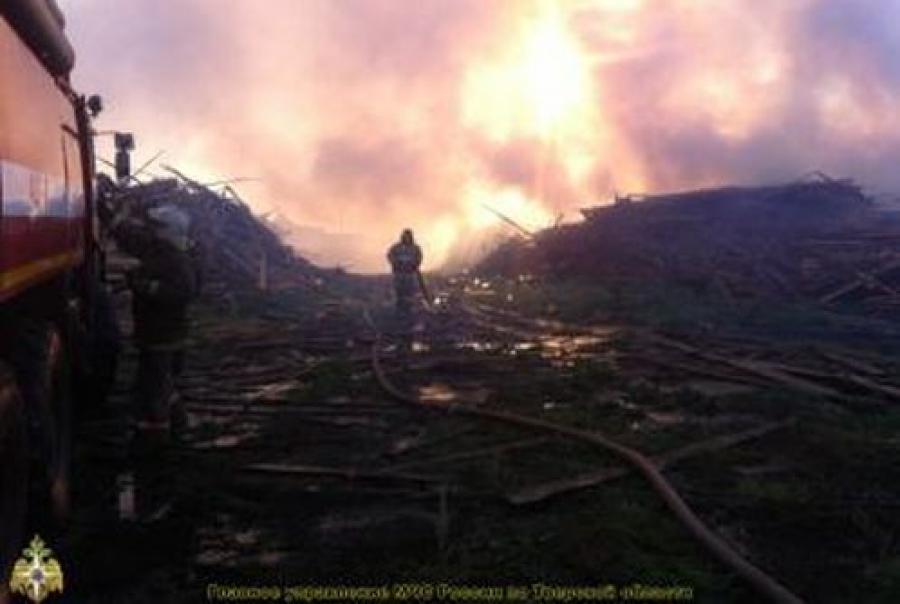 Под Тверью горят свалка у пилорамы и заброшенный склад