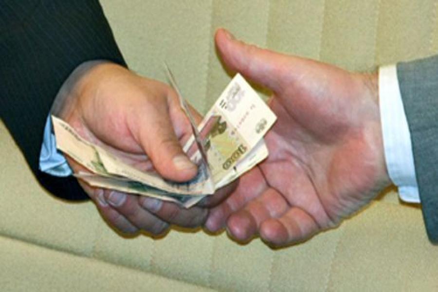 Начальник отдела УФМС подозревается еще и во взятке