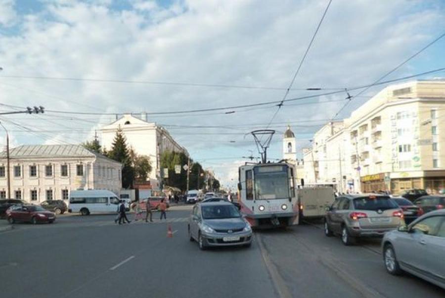 В Твери автомобиль сбил подростков на пешеходном переходе