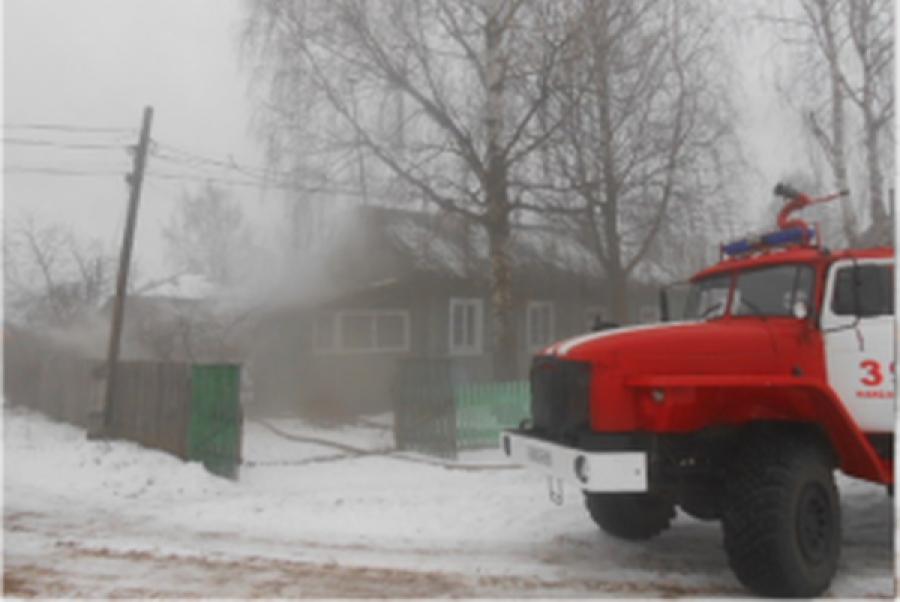В Кашинском районе полностью сгорел жилой дом, в огне пострадал человек