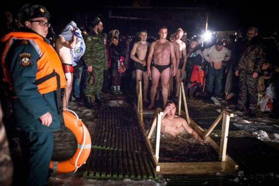 Более 10 тысяч человек окунулись в прорубь во время крещенских купаний в Тверской области