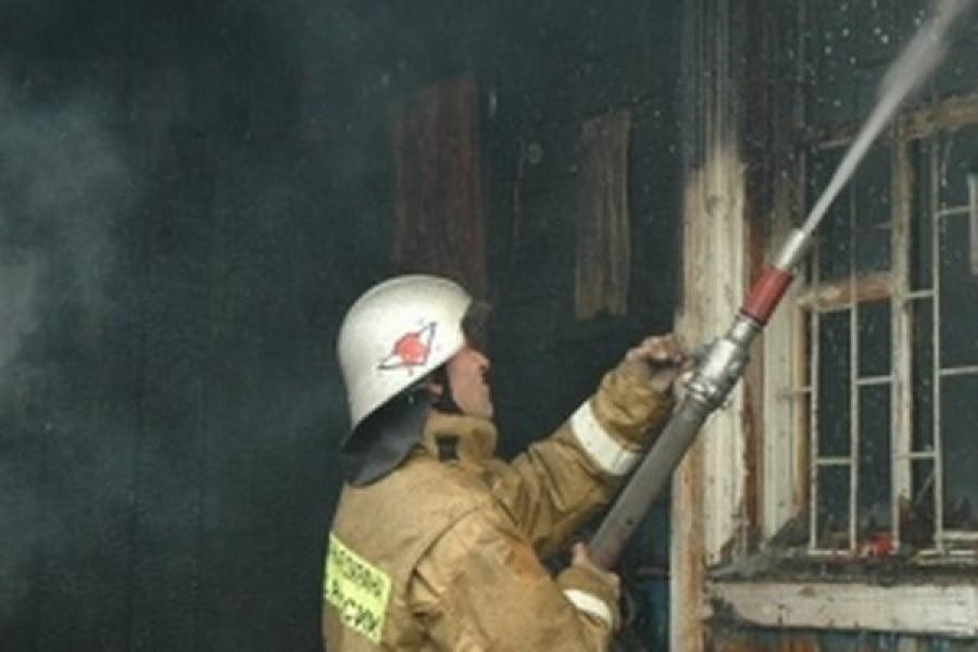 В Кувшинове из-за неосторожного обращения с огнем горел дом