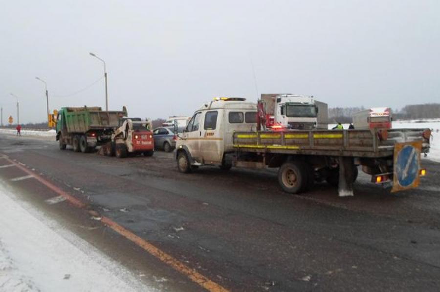 На трассе М-10 петербуржец на иномарке сбил дорожного рабочего