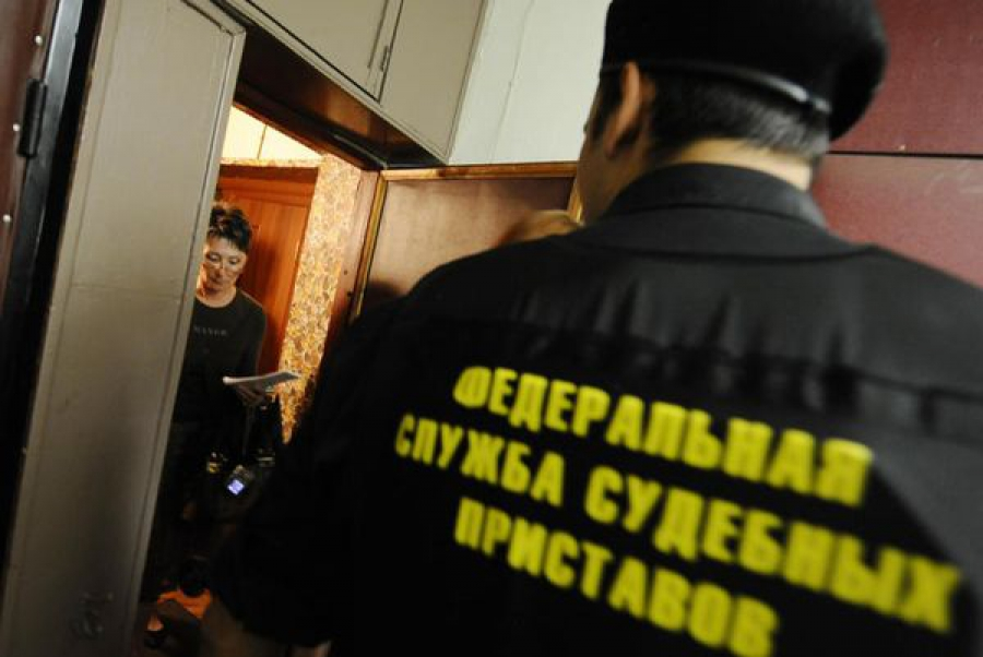 Должница выплатила дочери алименты под угрозой остаться в России