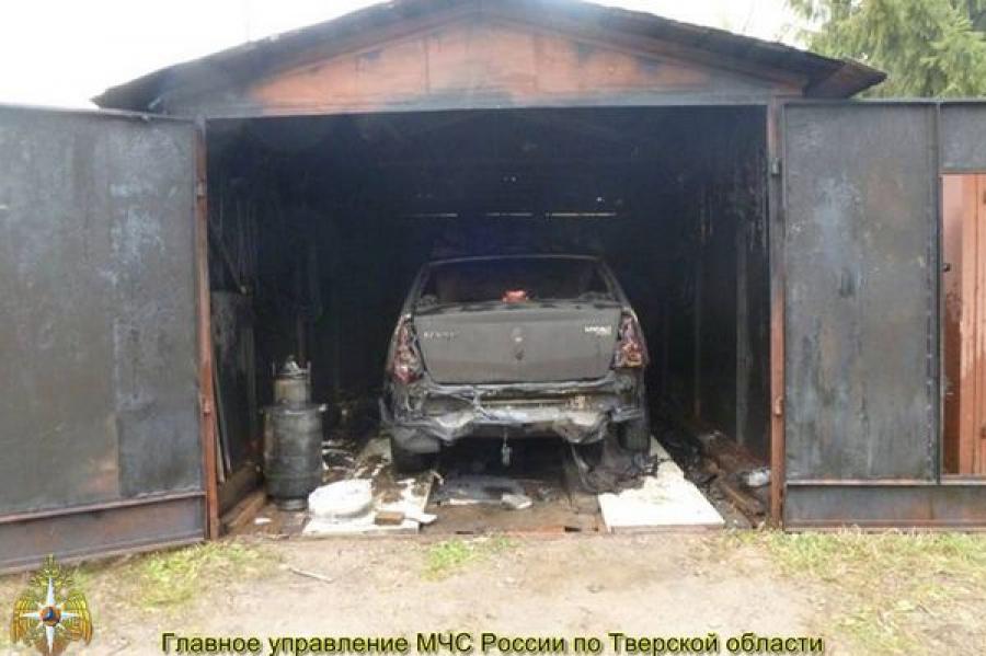В Ржеве сгорел гараж вместе с авто