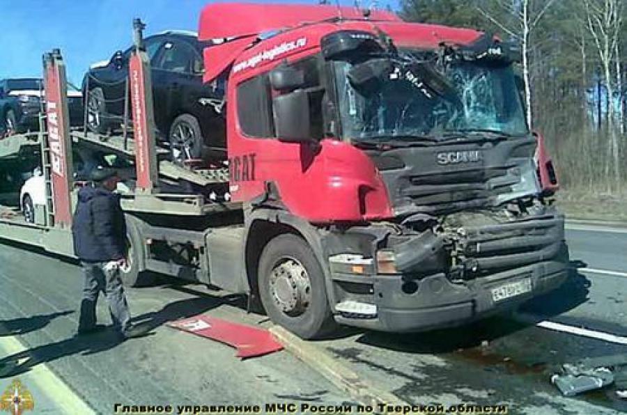 В столкновении автомобилей MAN и Scania в Вышневолоцком районе пострадал человек