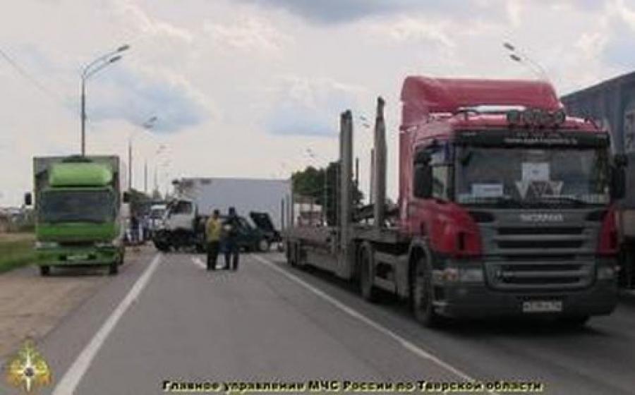 Два грузовика и две легковушки столкнулись на М-10 в районе Никулино