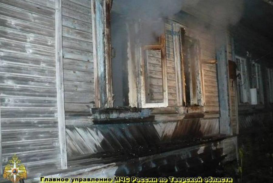 В Конаковском районе пожарные спасли из огня мужчину