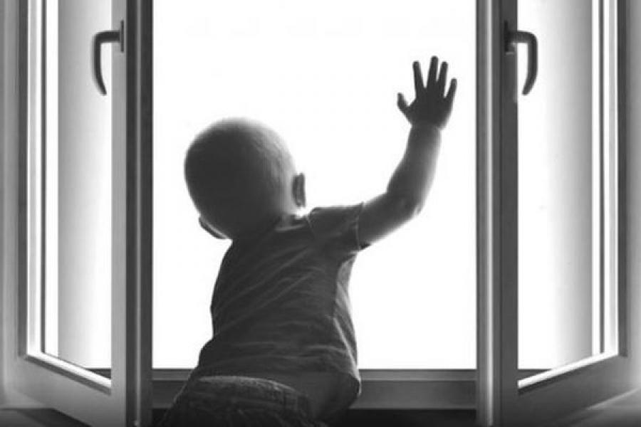 В Тверской области маленький мальчик выпал из окна