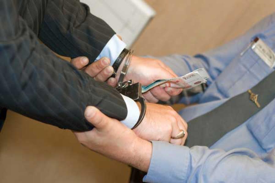 Экс-топ-менеджер госпредприятия обвиняется в подкупе и растрате