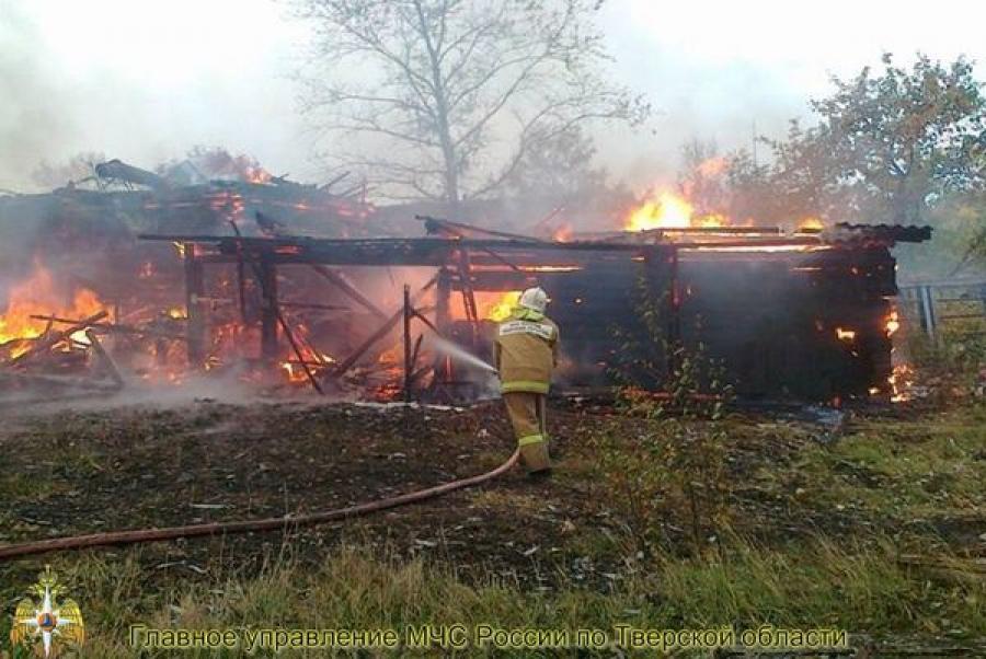 Человек пострадал при пожаре в хозпостройках в Вышневолоцком районе