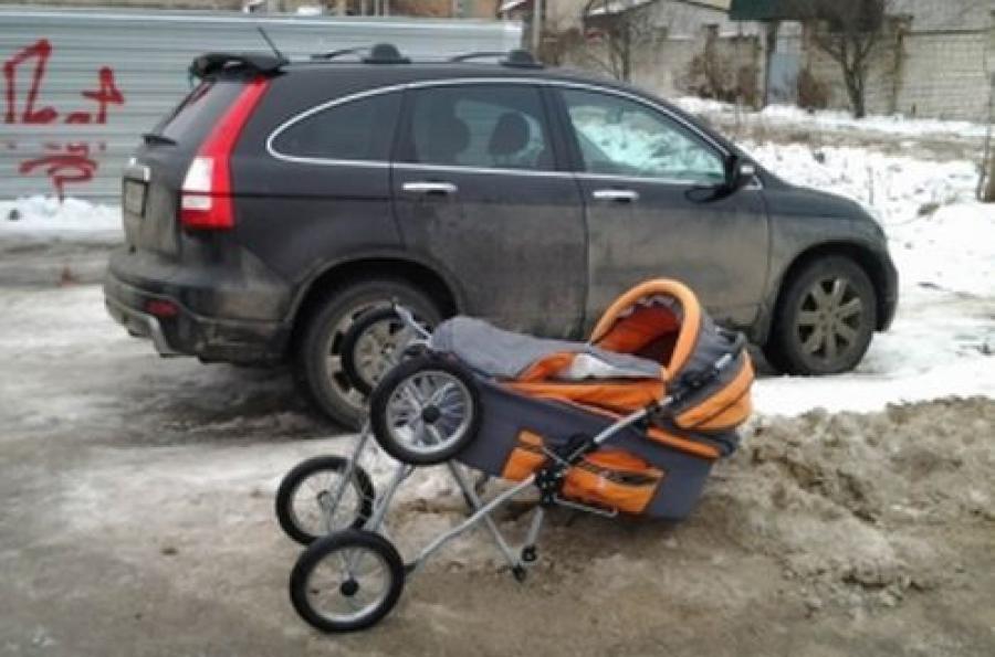 В Твери на перекрестке сбили женщину с ребенком в коляске