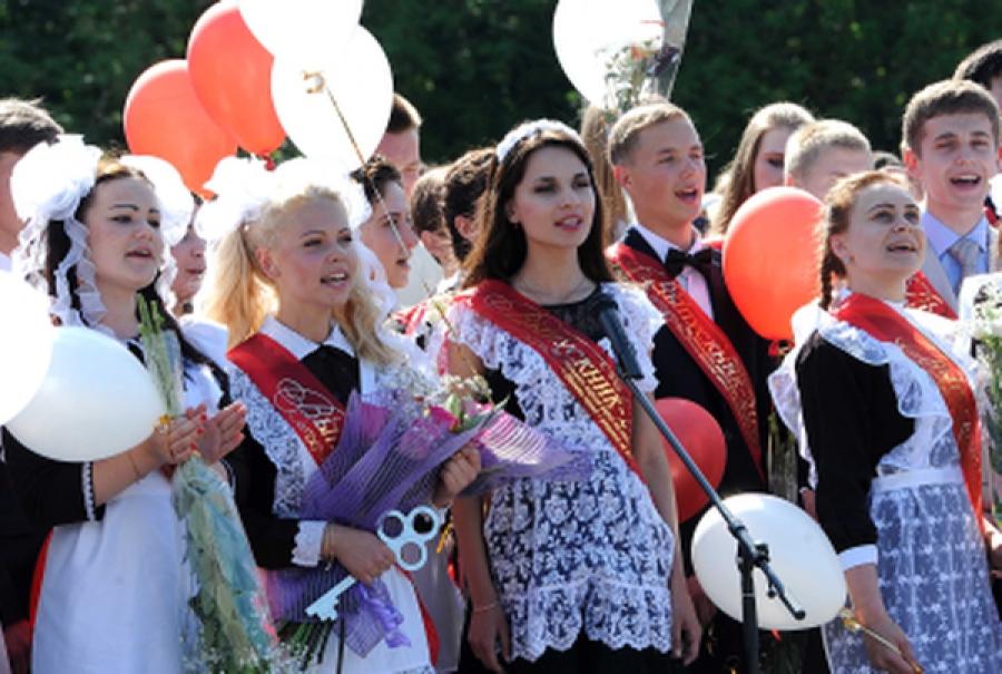Почетные гости поздравили выпускников школ региона с последним звонком