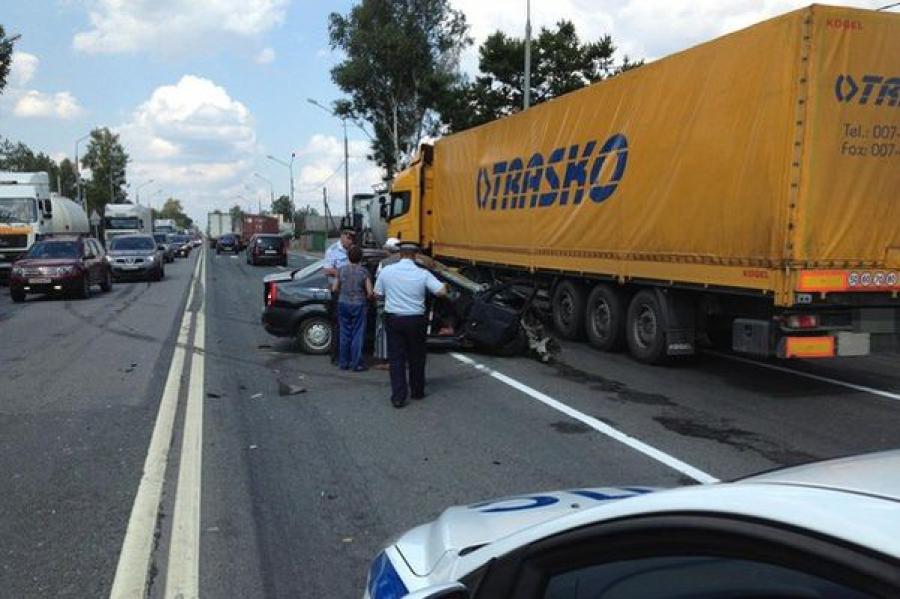 На трассе «Россия» Renault Logan столкнулся с двумя грузовиками