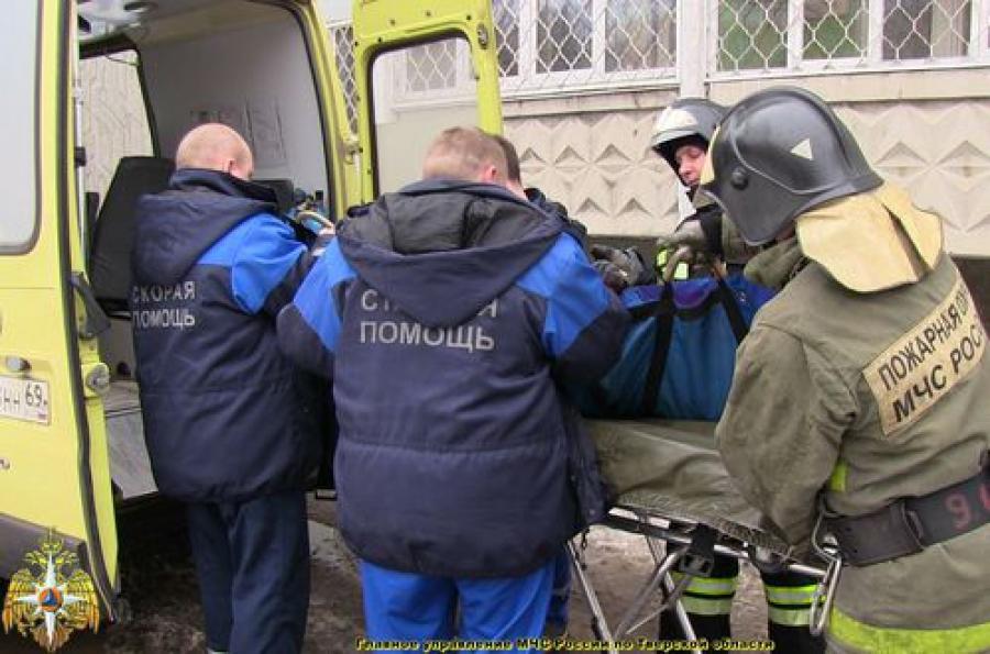Пожарные вытащили из задымленной квартиры ее хозяина