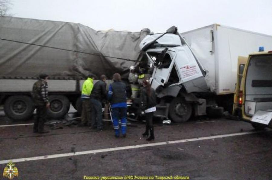 На М-10 в воскресенье столкнулись два грузовика