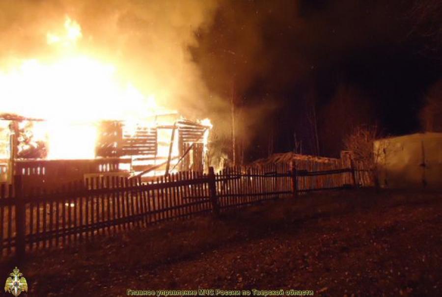 На пожаре в тепловом коллекторе в Твери пострадал человек