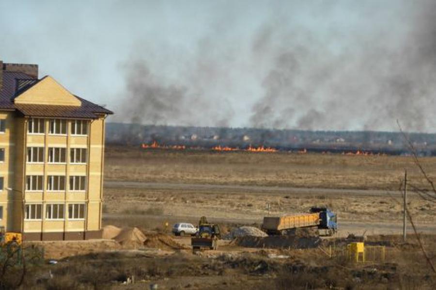 Пожар в Большом Завидово: огонь чуть не добрался до жилья