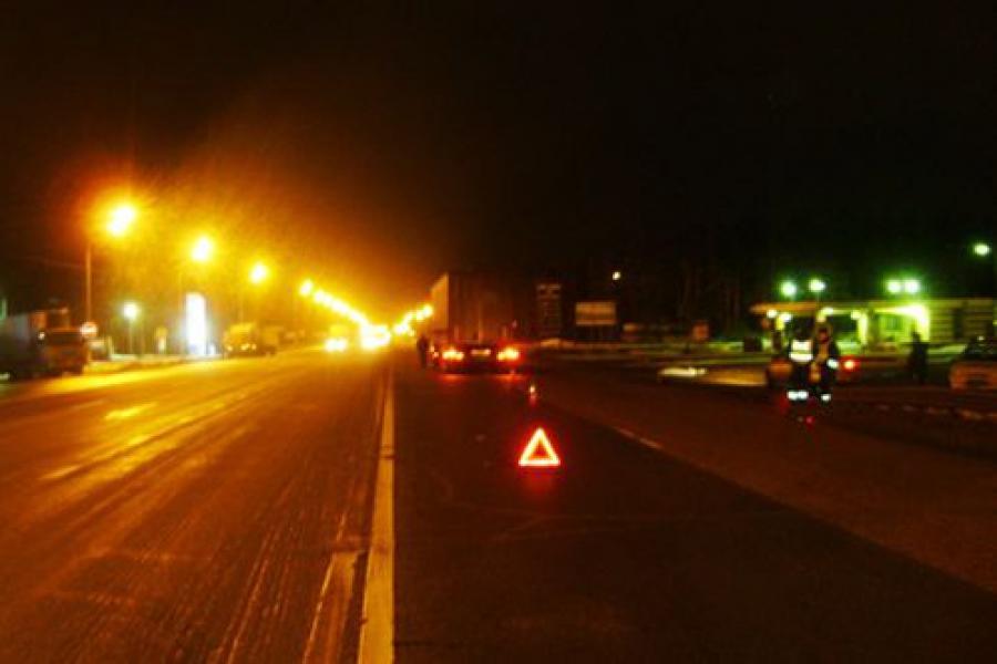 Грузовик задавил женщину, переходившую ночью дорогу в неположенном месте