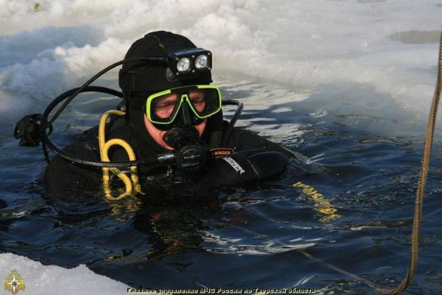 На Селигере мужчина провалился под лед
