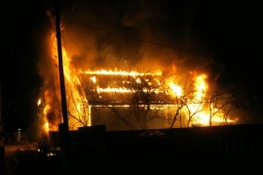 Из-за короткого замыкания в Вышнем Волочке сгорел жилой дом