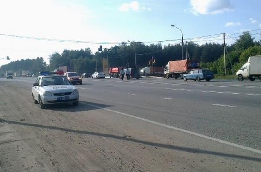 В ДТП на трассе М-10 с участием двух грузовиков погиб человек