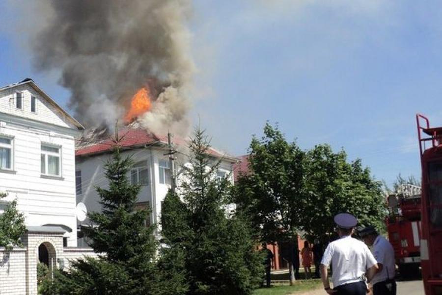 Из-за короткого замыкания в Твери произошел пожар в коттедже