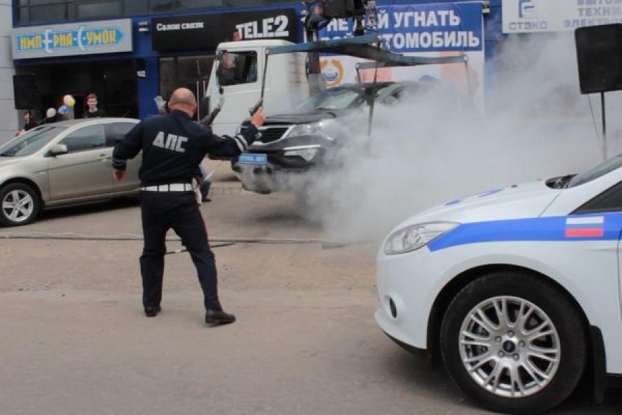 Сотрудники ГИБДД показали в День города инсценировку автоугона