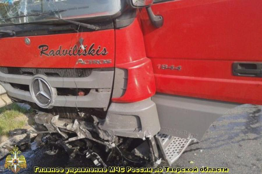 Ford Mondeo и грузовой Mercedes столкнулись в Зубцовском районе
