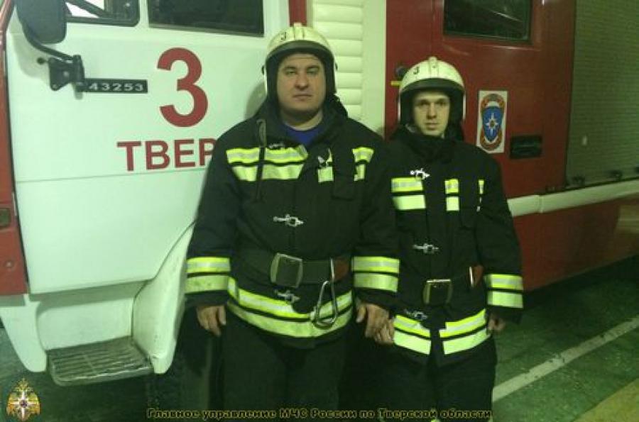 Тверские пожарные спасли из огня двоих человек