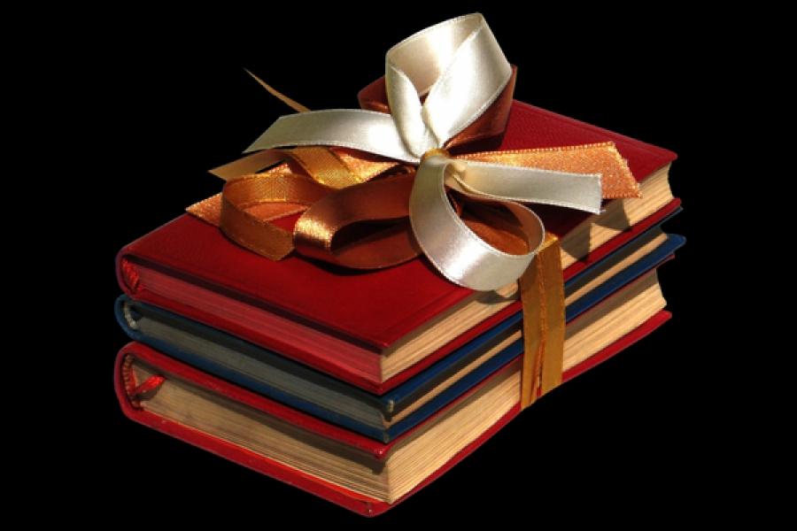Избирком региона подарил библиотеке им. Горького более 200 книг