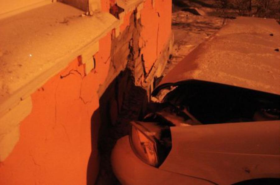 Девушка на «Ладе Приоре» протаранила дом