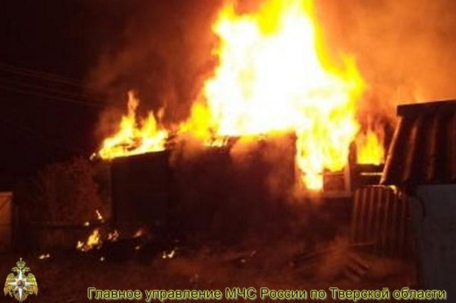 В Ржеве сгорели дом и гараж с автомобилем
